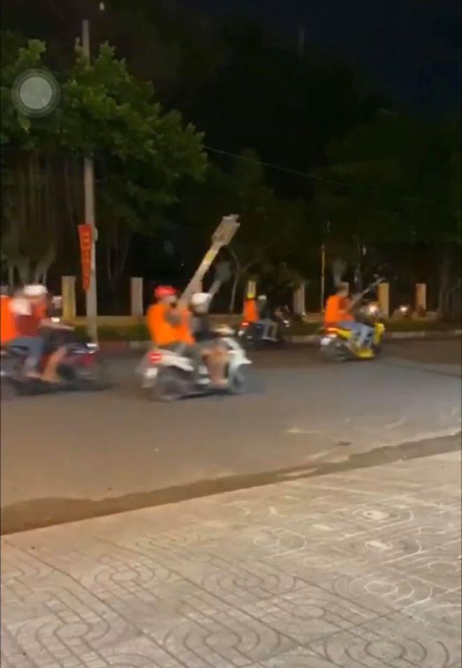 CLIP: Hàng trăm xe máy chở người mặc áo cam, cầm hung khí náo loạn phố Sài Gòn-2