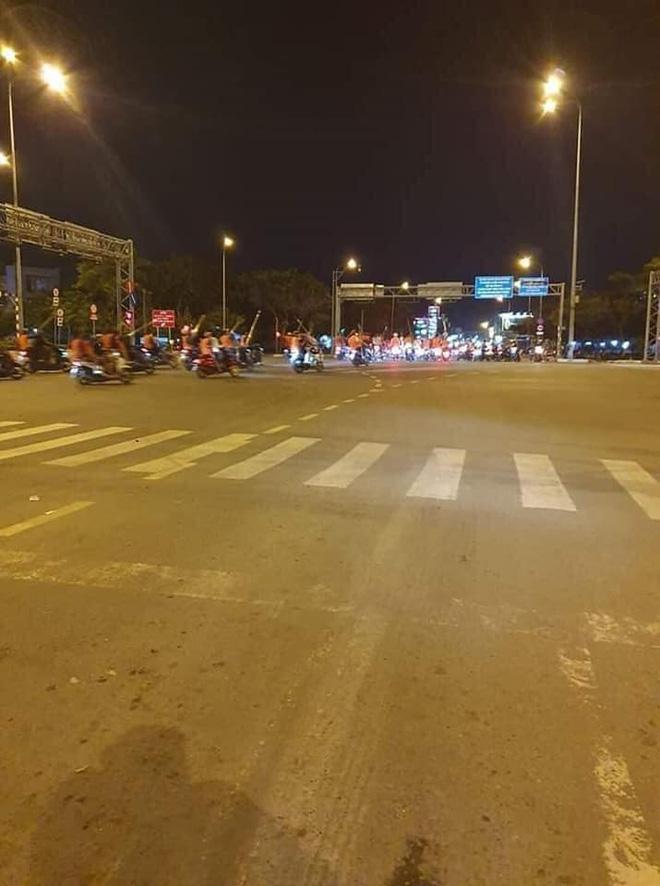 CLIP: Hàng trăm xe máy chở người mặc áo cam, cầm hung khí náo loạn phố Sài Gòn-3