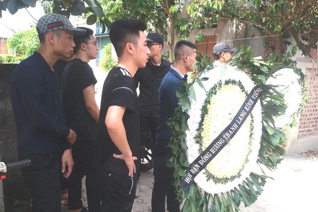Nhói lòng những vòng hoa trắng tiếc thương nam sinh viên năm cuối gặp nạn trên đường về quê-2