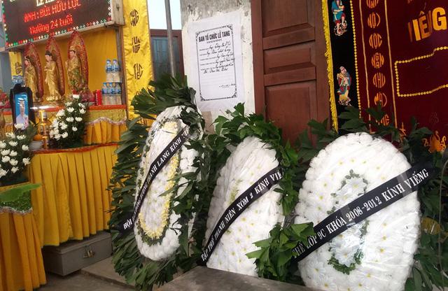 Nhói lòng những vòng hoa trắng tiếc thương nam sinh viên năm cuối gặp nạn trên đường về quê-5