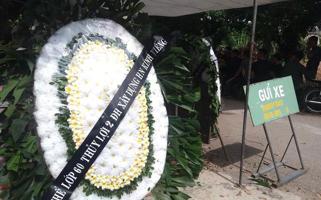 Nhói lòng những vòng hoa trắng tiếc thương nam sinh viên năm cuối gặp nạn trên đường về quê-6