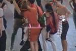 Nhóm bạn trẻ cảnh báo chiêu thức móc túi người đi đường ở phố đi bộ-3