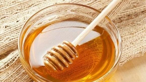 Ít ai biết rằng sử dụng mật ong để thoa mặt mỗi ngày, có thể trị tàn nhang, làm trắng da và giúp da mềm mại-1