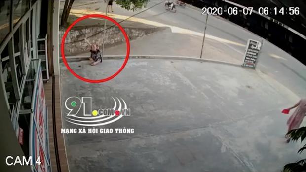 Clip: Hoảng sợ cảnh bé gái ngã gục bất động sau khi bám tay vào đường dây điện, nghi bị điện giật-1