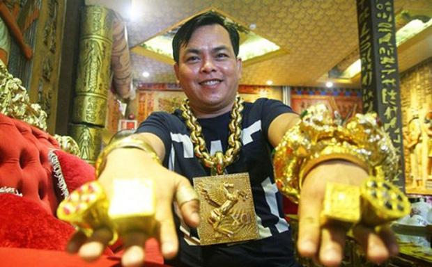 Đại gia đeo 20kg vàng giả Phúc XO sắp hầu toà sơ thẩm, đối diện án phạt 15 năm tù-1