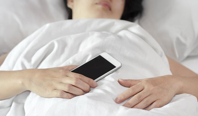 Có nên ngủ bên cạnh điện thoại?-1