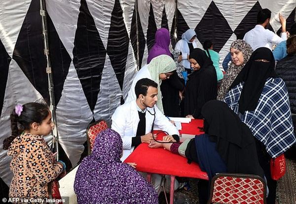 Ai Cập: 3 bé gái bị cha đẻ lừa đưa đi tiêm vắc xin phòng Covid-19 để cắt âm vật-3
