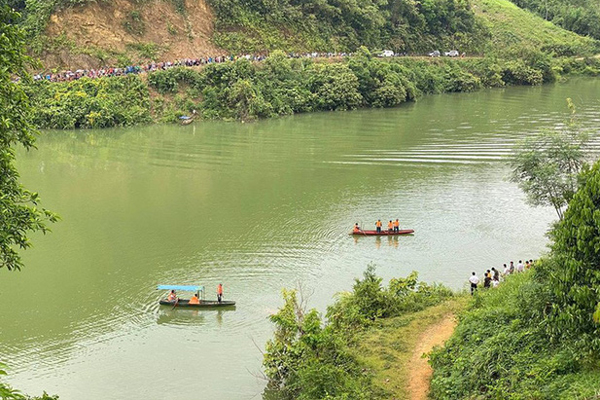 Lật thuyền chở 7 người tới thác chơi, 3 người mất tích-1