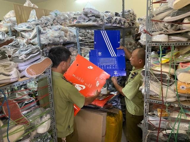 Phát hiện cơ sở bán giày hàng hiệu rởm trên Zalo, thu giữ gần 5.200 đôi-1