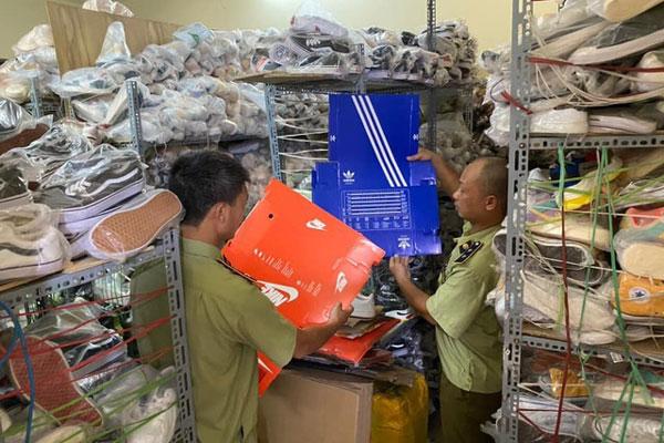 Thu giữ kho giày Adidas rởm bán trên Zalo