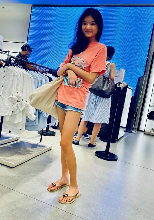 Con gái Trương Ngọc Ánh tiếp tục gây ấn tượng mạnh với đôi chân dài thẳng tắp không chút khuyết điểm qua ống kính của bố-1
