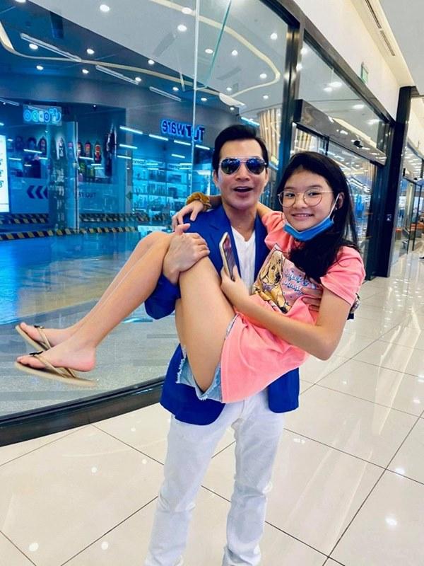 Con gái Trương Ngọc Ánh tiếp tục gây ấn tượng mạnh với đôi chân dài thẳng tắp không chút khuyết điểm qua ống kính của bố-2