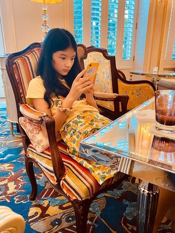 Con gái Trương Ngọc Ánh tiếp tục gây ấn tượng mạnh với đôi chân dài thẳng tắp không chút khuyết điểm qua ống kính của bố-4