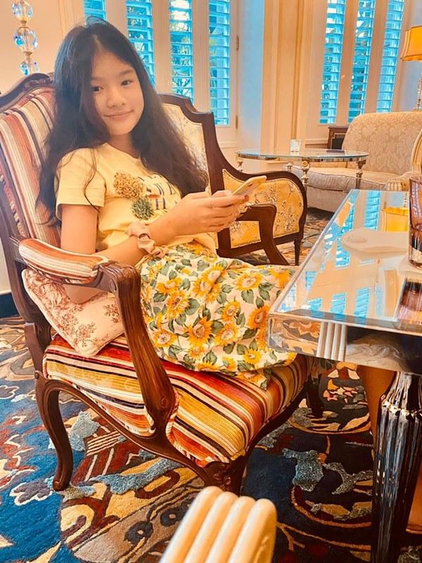 Con gái Trương Ngọc Ánh tiếp tục gây ấn tượng mạnh với đôi chân dài thẳng tắp không chút khuyết điểm qua ống kính của bố-5