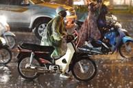 Ảnh, clip: Mưa lớn sau chuỗi ngày nắng nóng kỷ lục, nhiều người Hà Nội ướt sũng vì không kịp trở tay