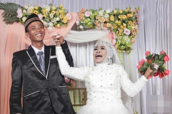 Nhận chàng trai kém 41 tuổi làm con nuôi nhưng 1 năm sau đột ngột tổ chức đám cưới, cô dâu 65 tuổi công khai số của hồi môn kỉ lục-2
