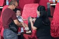 HLV Park Hang-seo ân cần bế con gái Bùi Tiến Dũng nhưng cô bé lại 'mếu máo' đòi mẹ