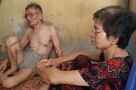 """Cặp vợ chồng sống trên nóc nhà vệ sinh phố cổ đợt nắng nóng: """"Hai tuần tôi chưa mặc áo"""""""