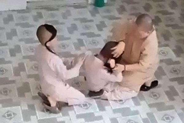 Sư cô dùng bạo lực để dạy đệ tử bị biệt chúng sám hối-1