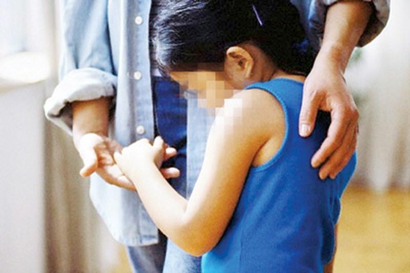 Vùng kín của con gái 8 tuổi liên tục chảy mủ, bốc mùi, bố mẹ choáng váng khi bác sĩ lấy ra thứ này bên trong-1