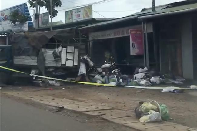 Vụ 2 xe tải và ô tô con va chạm rồi lao vào chợ: Ít nhất 5 người thiệt mạng-1