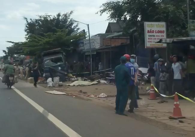 Vụ 2 xe tải và ô tô con va chạm rồi lao vào chợ: Ít nhất 5 người thiệt mạng-2