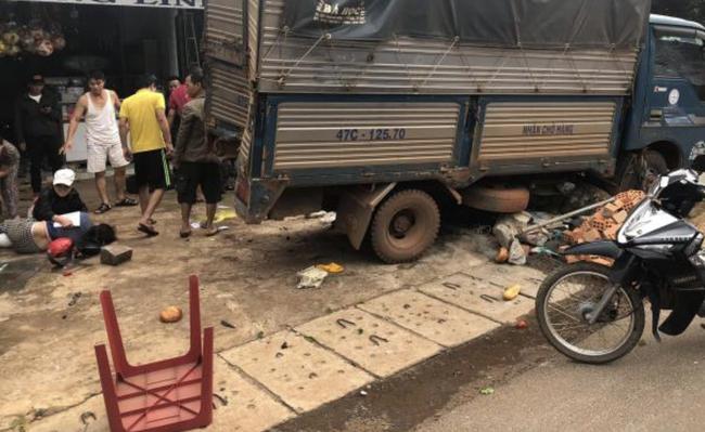 Vụ 2 xe tải và ô tô con va chạm rồi lao vào chợ: Ít nhất 5 người thiệt mạng-3
