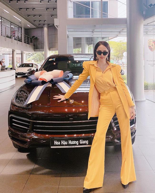 Vừa phát ngôn sốc chẳng có gì ngoài tiền, Hương Giang liền một lúc khoe cả xe hơi mới lẫn nhẫn kim cương khủng-1