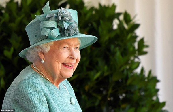 Nữ hoàng Anh chính thức xuất hiện sau thời gian dài ở ẩn với khí chất hơn người, ngầm thông báo về tương lai của hoàng gia-1
