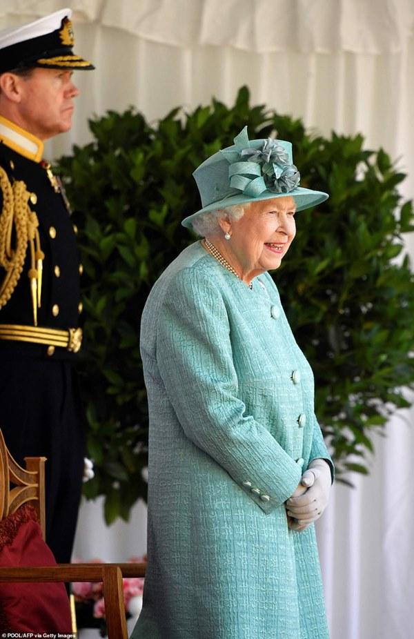 Nữ hoàng Anh chính thức xuất hiện sau thời gian dài ở ẩn với khí chất hơn người, ngầm thông báo về tương lai của hoàng gia-2