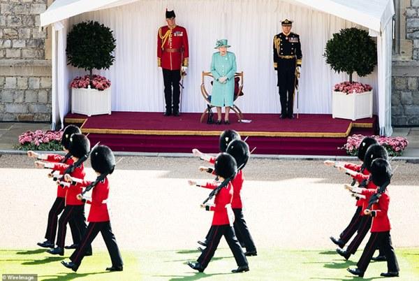 Nữ hoàng Anh chính thức xuất hiện sau thời gian dài ở ẩn với khí chất hơn người, ngầm thông báo về tương lai của hoàng gia-3