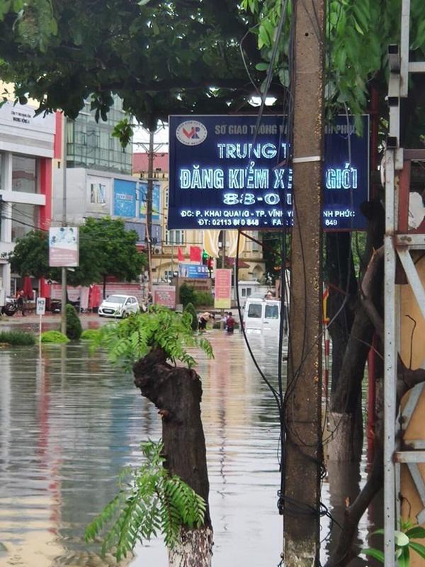 Đường mưa ngập, tài xế vẫn cố cho xe chạy qua và cái kết ngập trong biển nước-2