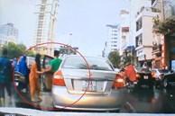 Tài xế ôtô nhặt hôi chùm vải rơi ra đường ở Hà Nội rồi bỏ đi
