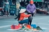 Người phụ nữ ngồi trên vạch kẻ đường bán rau gây bức xúc, hành động của người đi đường mới bất ngờ
