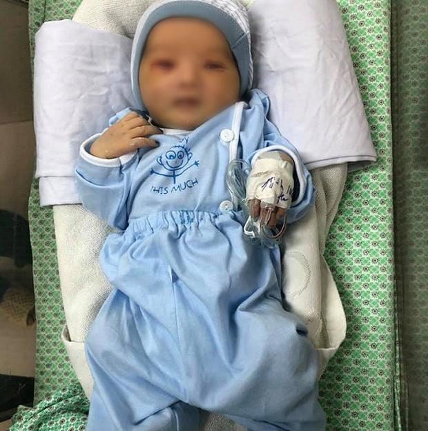 Bé sơ sinh bị bỏ rơi dưới hố gas suốt 3 ngày tiên lượng còn nặng-1