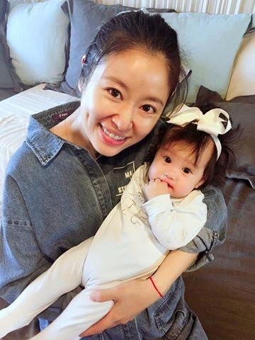 Khoe quà sinh nhật tặng con gái, Lâm Tâm Như bị so sánh không khéo nuôi dạy con bằng bạn thân Triệu Vy-1
