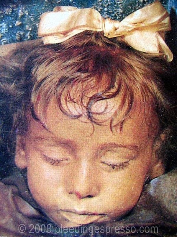 Bí ẩn xác ướp bé gái xinh xắn được ví như phiên bản thật của Công chúa ngủ trong rừng, 100 năm tuổi vẫn còn chớp mắt-1