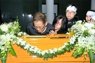 Dòng người xếp hàng chờ vào gặp MC Diệu Linh lần cuối, bố mẹ của nữ MC vẫn bàng hoàng, ôm di hài con gái khóc nghẹn