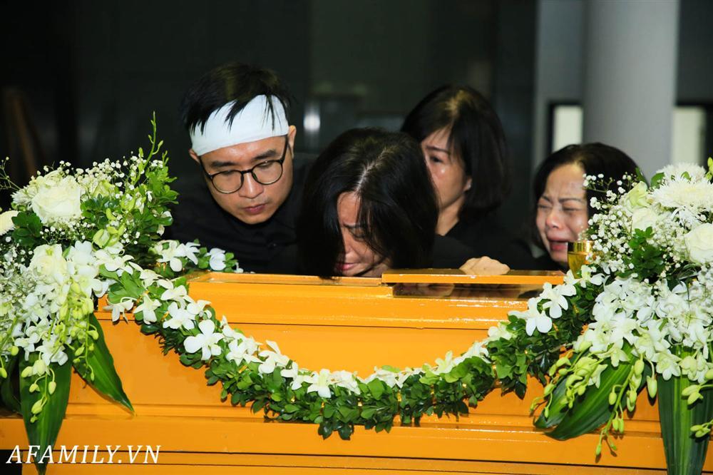 Lễ viếng nữ MC Diệu Linh vừa kết thúc, người mẹ đứng không vững khi nhìn thấy di hài con gái được đưa ra xe-1