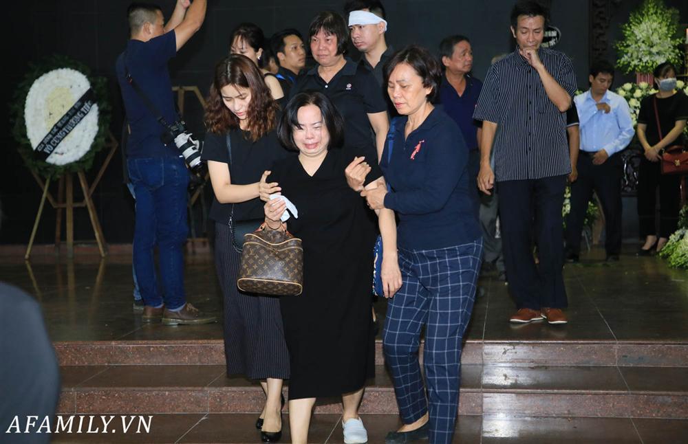Lễ viếng nữ MC Diệu Linh vừa kết thúc, người mẹ đứng không vững khi nhìn thấy di hài con gái được đưa ra xe-5