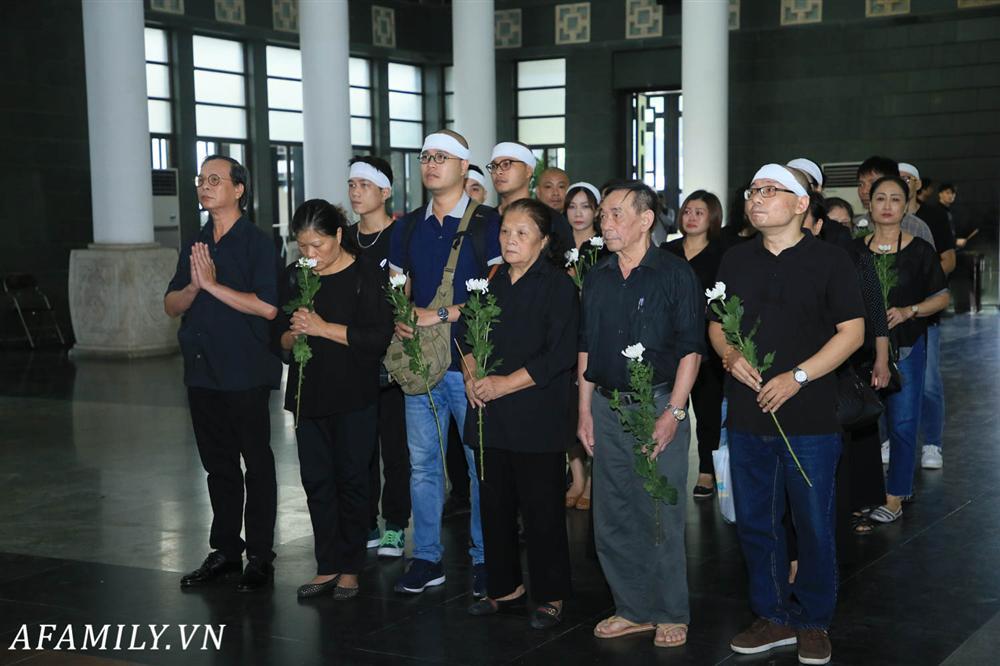 Lễ viếng nữ MC Diệu Linh vừa kết thúc, người mẹ đứng không vững khi nhìn thấy di hài con gái được đưa ra xe-6
