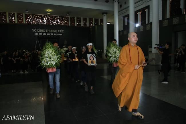 Lễ viếng nữ MC Diệu Linh vừa kết thúc, người mẹ đứng không vững khi nhìn thấy di hài con gái được đưa ra xe-11