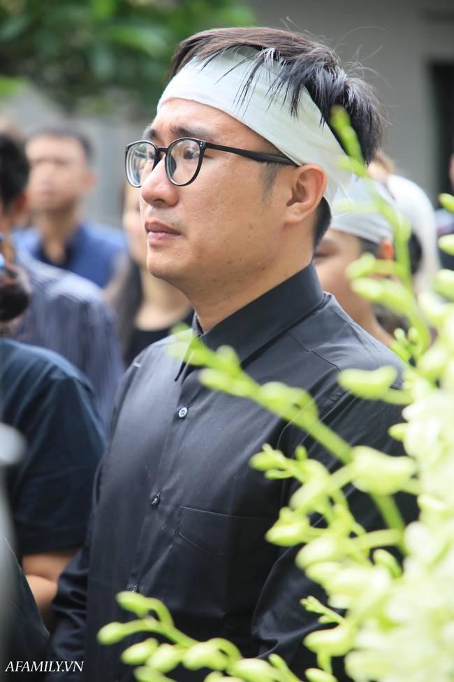 Lễ viếng nữ MC Diệu Linh vừa kết thúc, người mẹ đứng không vững khi nhìn thấy di hài con gái được đưa ra xe-13