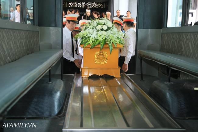 Lễ viếng nữ MC Diệu Linh vừa kết thúc, người mẹ đứng không vững khi nhìn thấy di hài con gái được đưa ra xe-14