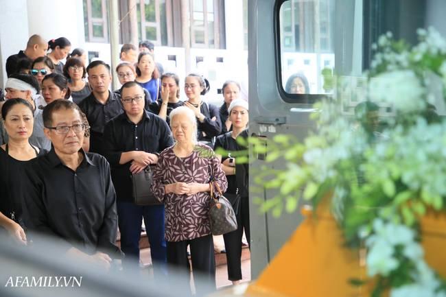 Lễ viếng nữ MC Diệu Linh vừa kết thúc, người mẹ đứng không vững khi nhìn thấy di hài con gái được đưa ra xe-15