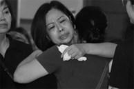 Lễ viếng nữ MC Diệu Linh vừa kết thúc, người mẹ đứng không vững khi nhìn thấy di hài con gái được đưa ra xe