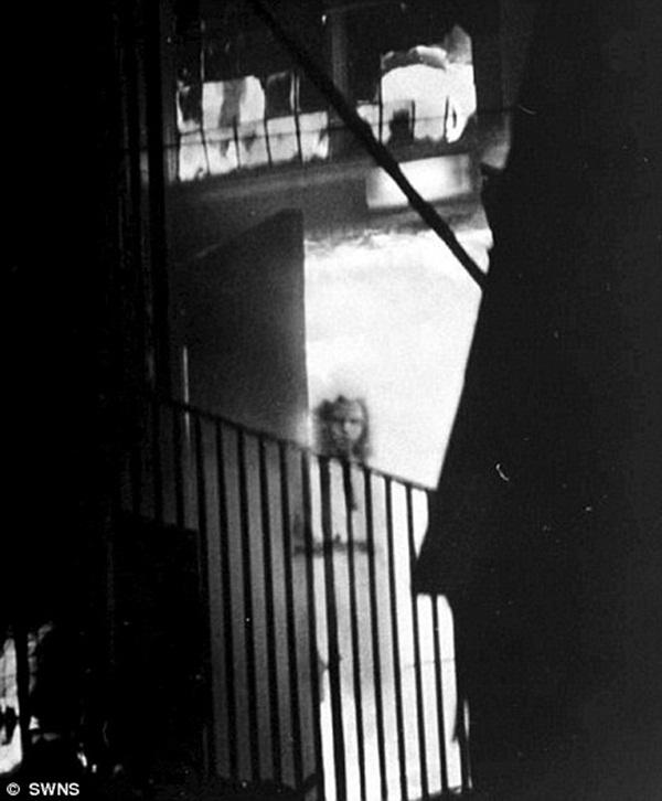 Cô gái lấp ló ngay cửa tòa nhà đang bốc cháy khiến nhiều người mất ngủ và lời giải đáp 15 năm sau khiến chủ nhân bức ảnh đột quỵ-1