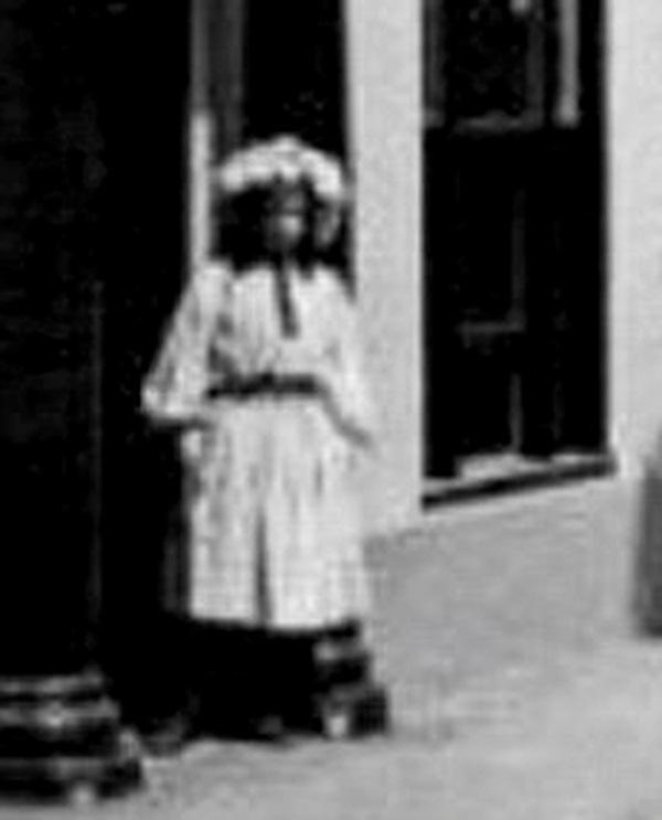 Cô gái lấp ló ngay cửa tòa nhà đang bốc cháy khiến nhiều người mất ngủ và lời giải đáp 15 năm sau khiến chủ nhân bức ảnh đột quỵ-3