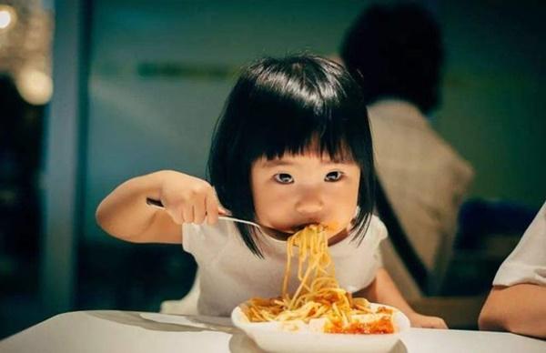 Bé gái 8 tuổi đã xuất hiện kinh nguyệt, dậy thì sớm: Nghe người mẹ tiết lộ món ăn ở nhà, bác sĩ đã khẳng định nguyên nhân-3