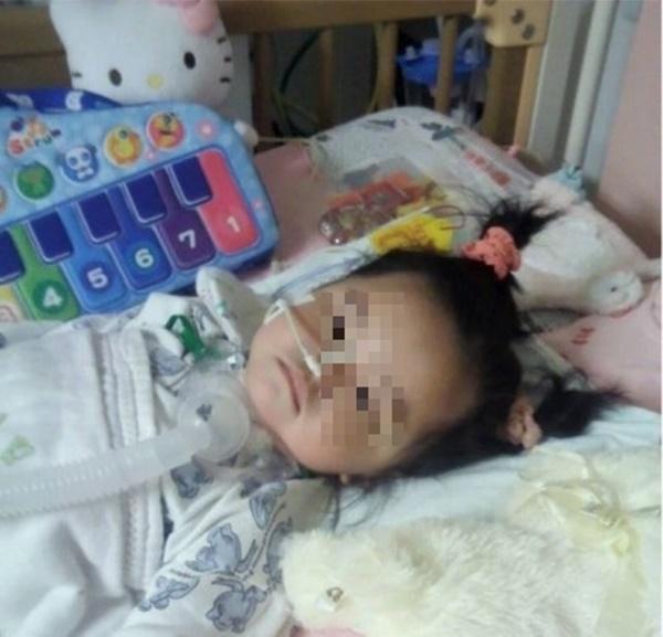 Bé gái 4 tuổi đột nhiên sốt cao và đi ngoài ra máu, nguyên nhân đến từ cách ăn dưa hấu sai lầm mà rất nhiều người cũng hay mắc phải trong mùa hè-1